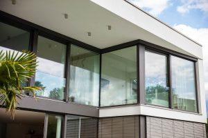 immocontec-Referenz: Blick von außen auf die Fenster eines modernen Einfamilienhauses in Regensburg