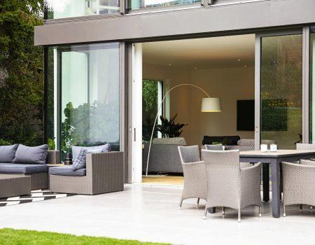 immocontec-Referenz: Terrasse eines modernen Einfamilienhauses in Regensburg