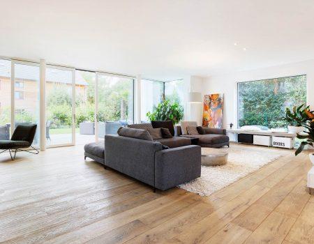 immocontec-Referenz: Wohnzimmer eines modernen Einfamilienhauses in Regensburg