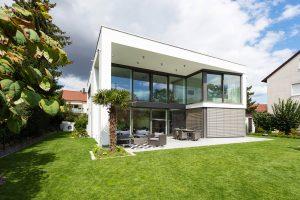 immocontec-Referenz: Außenansicht mit Garten eines modernen Einfamilienhauses in Regensburg
