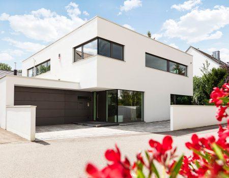 immocontec-Referenz: Außenansicht mit Garage eines modernen Einfamilienhauses in Regensburg