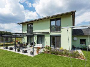 immocontec-Referenz: Gesamtansicht mit Garten eines Zweifamilienhauses mit Doppelgarage in Poppenricht