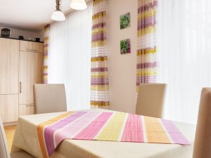 immocontec-Referenz: Esstisch eines Zweifamilienhauses mit Doppelgarage in Poppenricht