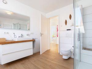 immocontec-Referenz: Badezimmer des Doppelhauses mit Carport in Lappersdorf