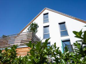 immocontec-Referenz: Balkon des Doppelhauses mit Carport in Lappersdorf