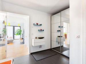 immocontec-Referenz: Eingangsbereich des Doppelhauses mit Carport in Lappersdorf