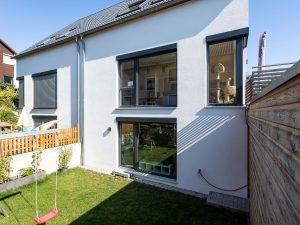 immocontec-Referenz: Garten des Doppelhauses mit Carport in Lappersdorf