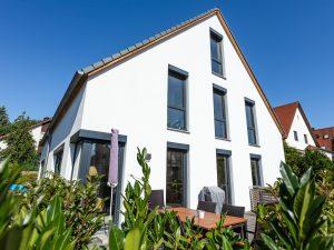 immocontec-Referenz: Blick auf den Garten des Doppelhauses mit Carport in Lappersdorf