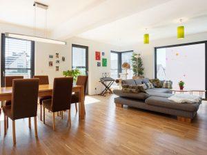 immocontec-Referenz: Wohnzimmer des Doppelhauses mit Carport in Lappersdorf