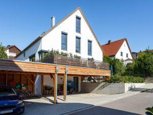 immocontec-Referenz: Gesamtansicht des Doppelhauses mit Carport in Lappersdorf