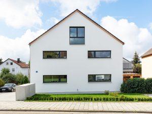 immocontec-Referenz: Seitenansicht des Mehrfamilienhauses VIO2 in Weichs in Regensburg