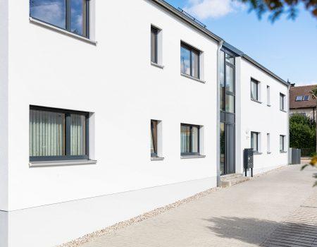 immocontec-Referenz: Hausfront des Mehrfamilienhauses VIO2 in Weichs in Regensburg