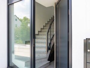immocontec-Referenz: Eingangstür des Mehrfamilienhauses VIO2 in Weichs in Regensburg