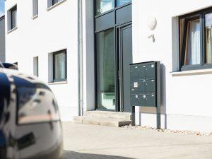 immocontec-Referenz: Eingangsbereich des Mehrfamilienhauses VIO2 in Weichs in Regensburg
