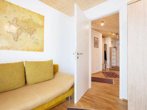 immocontec-Referenz: Blick in den Gang des Mehrfamilienhauses VIO2 in Regensburg