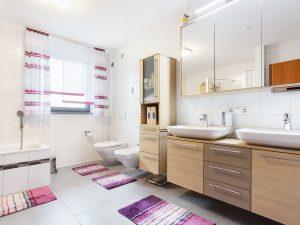 immocontec-Referenz: Badezimmer eines Zweifamilienhauses mit Doppelgarage in Poppenricht