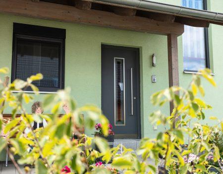 immocontec-Referenz: Eingangsbereich eines Zweifamilienhauses mit Doppelgarage in Poppenricht