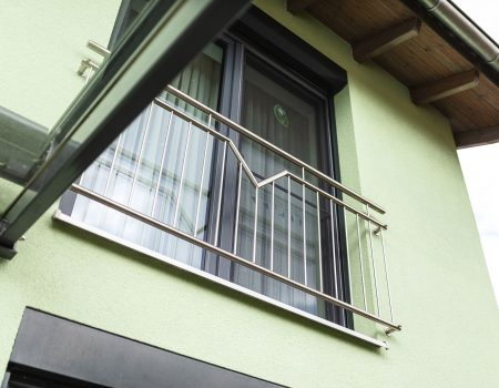 immocontec-Referenz: Blick auf das Fenster im ersten Stock eines Zweifamilienhauses mit Doppelgarage in Poppenricht