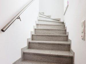 immocontec-Referenz: Treppe eines Zweifamilienhauses mit Doppelgarage in Poppenricht