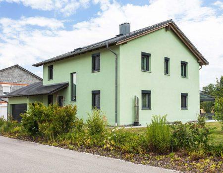immocontec-Referenz: Außenansicht eines Zweifamilienhauses mit Doppelgarage in Poppenricht
