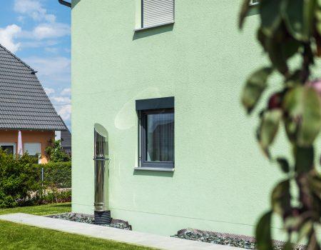 immocontec-Referenz: Hauswand eines Zweifamilienhauses mit Doppelgarage in Poppenricht