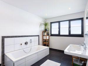 immocontec-Referenz: Badezimmer eines Einfamilienhaus-Neubaus mit Garage in Neukirchen