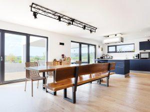 immocontec-Referenz: Esszimmer und Küche eines Einfamilienhaus-Neubaus mit Garage in Neukirchen