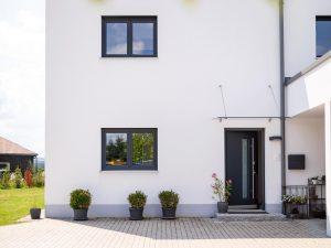immocontec-Referenz: Blick auf die Hausfront eines Einfamilienhaus-Neubaus mit Garage in Neukirchen