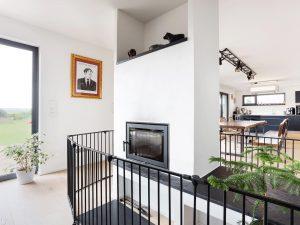 immocontec-Referenz: Blick auf den Kamin eines Einfamilienhaus-Neubaus mit Garage in Neukirchen