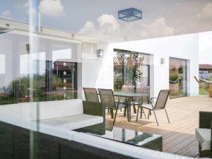 immocontec-Referenz: Blick von den Innenräumen auf die Terrasse eines Einfamilienhaus-Neubaus mit Garage in Neukirchen