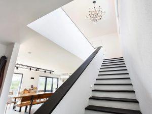 immocontec-Referenz: Treppen eines Einfamilienhaus-Neubaus mit Garage in Neukirchen