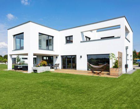 immocontec-Referenz: Gesamtansicht mit Garten eines Einfamilienhaus-Neubaus mit Garage in Neukirchen