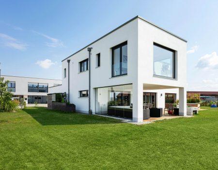 immocontec-Referenz: Blick vom Garten auf einen Einfamilienhaus-Neubau mit Garage in Neukirchen