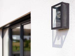 immocontec-Referenz: Hauswand mit Beleuchtung eines Einfamilienhaus-Neubaus mit Garage in Neukirchen