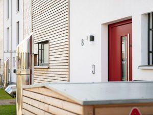 immocontec-Referenz: Eingangsbereich eines Mehrfamilienhauses in Holzrahmenbauweise in Burgweinting