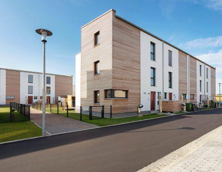 immocontec-Referenz: Außenansicht von zwei Mehrfamilienhäusern in Holzrahmenbauweise in Burgweinting