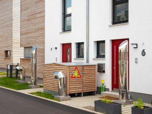 immocontec-Referenz: Blick von der Straße auf ein Mehrfamilienhaus in Holzrahmenbauweise in Burgweinting
