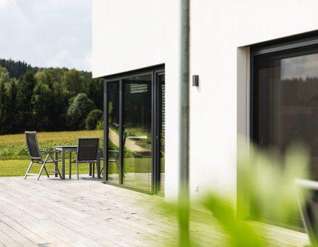 immocontec-Referenz: Blick auf die Terrasse eines Einfamilienhauses mit Büro in Schönsee