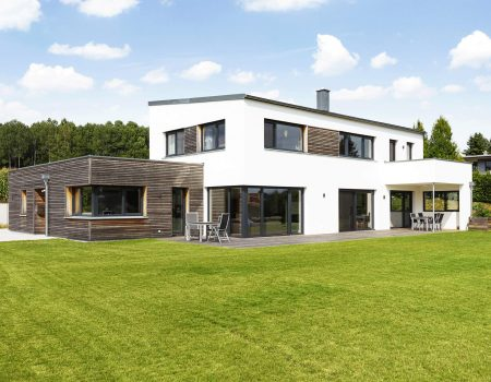 immocontec-Referenz: Blick auf den Neubau eines Einfamilienhauses mit Büro in Schönsee