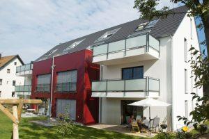 immocontec-Referenz: Außenansicht mit Garten des Mehrfamilienhauses VIO2 in Graß in Regensburg