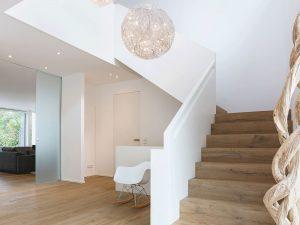immocontec-Referenz: Treppen eines modernen Einfamilienhauses in Regensburg