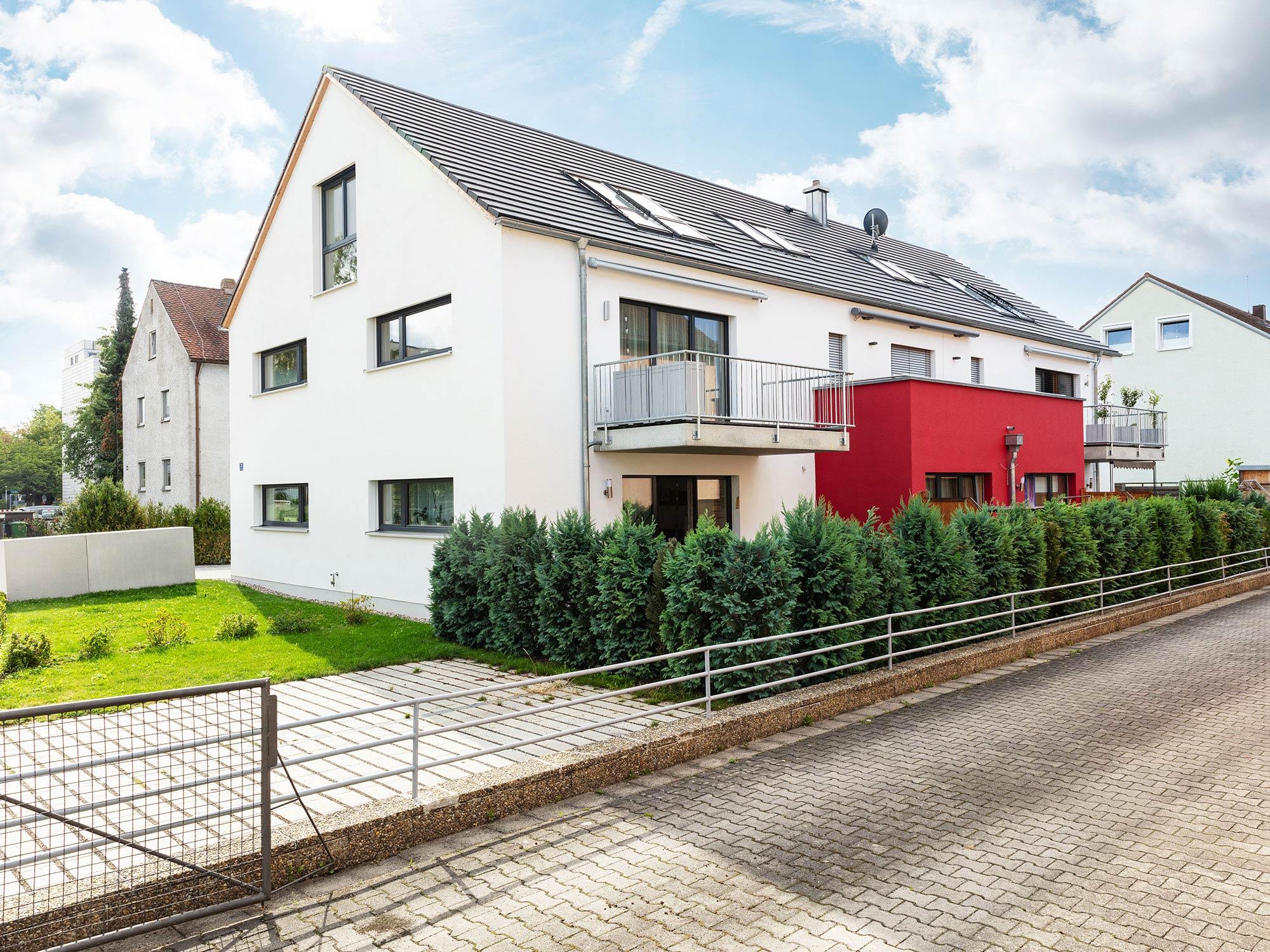 immocontec-Referenz: Blick von der Straße auf das Mehrfamilienhaus VIO2 in Weichs in Regensburg