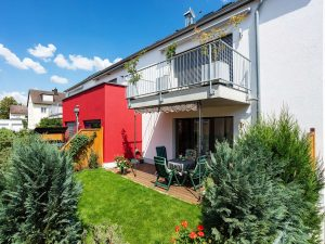 immocontec-Referenz: Außenansicht mit Garten des Mehrfamilienhauses VIO2 in Weichs in Regensburg